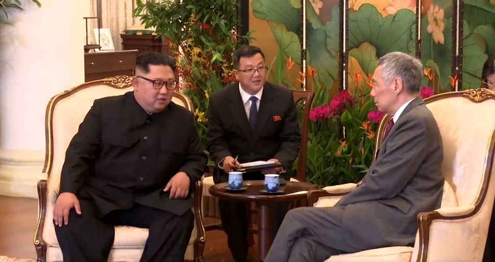 지난 10일 김정은 북한 국무위원장(맨 왼쪽)이 리셴룽 싱가포르 총리(맨 오른쪽)와 만났다. 김주성 외무성 요원(가운데)이 통역을 하는 모습. 리셴룽 총리 페이스북 영상 갈무리