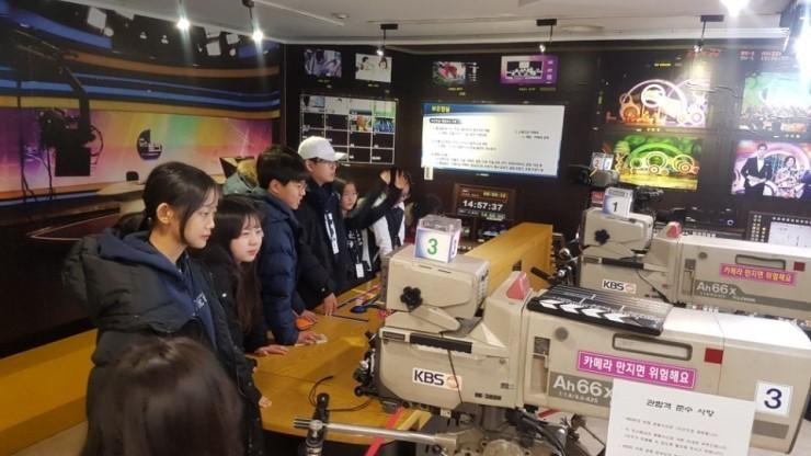 지난 1월 한겨레 학생기자 캠프에 참여한 학생들이 <한국방송>(KBS)을 견학하고 있다. 한겨레교육 제공