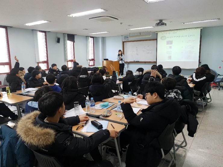 지난 1월 한겨레교육 자기주도학습 셀공 캠프에 참가한 학생들이 전문 강사의 설명을 듣고 있다. 한겨레교육 제공