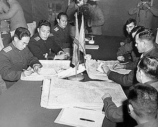 1951년 10월11일 판문점에서 열린 휴전회담에서 유엔군 대표 제임스 머리 대령(오른쪽 가운데)과 북한 인민군의 장춘산 대좌(왼쪽)가 비무장지대의 남북 군사분계선이 그려진 지도들을 보면서 휴전선 경계를 논의하고 있다. 오른쪽 맨 뒤쪽 모습이 당시 통역관으로 참관한 정경모 선생이다. <한겨레> 자료사진