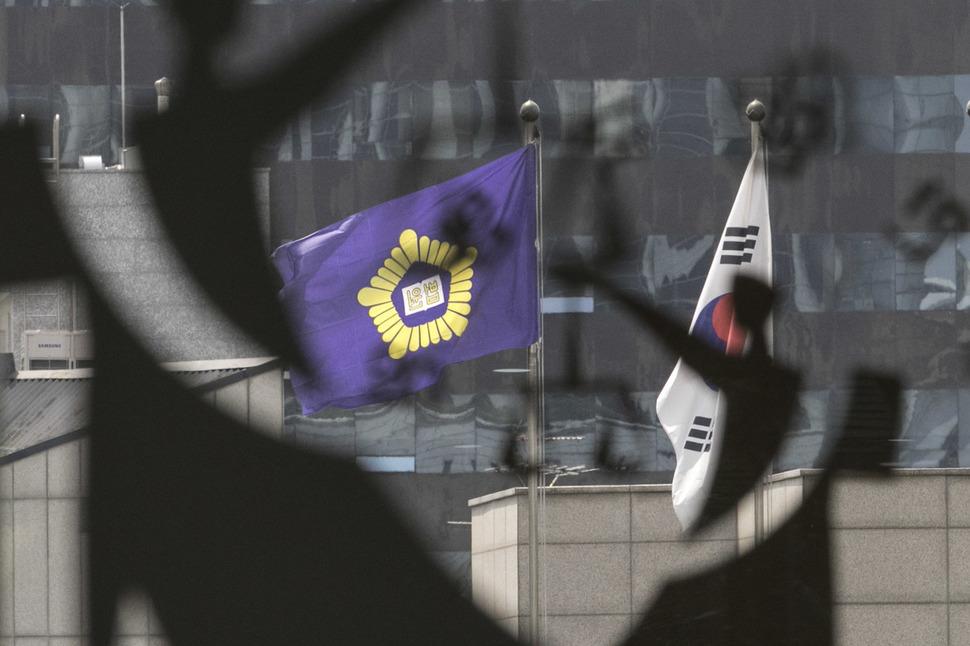 서울 서초구 서울중앙지법 안으로 법원 상징이 보이고 있다. 김성광 기자 flysg2@hani.co.kr