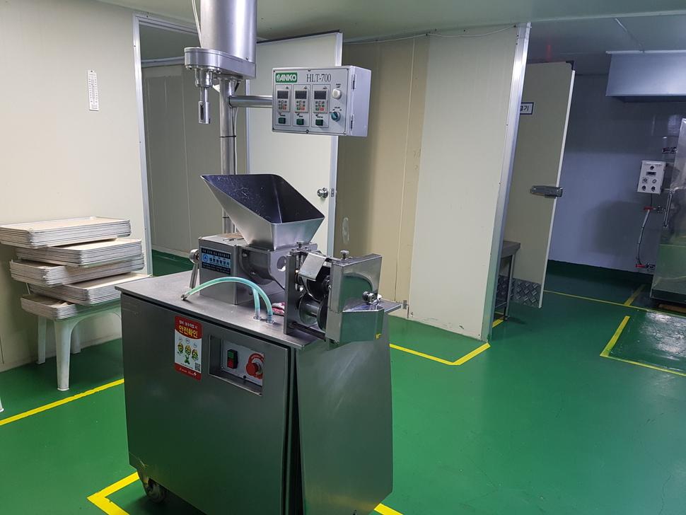 인천 남동구에 자리잡은 사회적기업 해주부용식품의 생산시설 내부. 최우성 기자