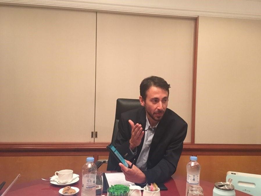 마르코스 로마노스 클레너지 최고운영책임자가 스마트폰에 탑재된 에너지 교환 플랫폼 '파일론 네트워크'에 대해 설명하고 있다.