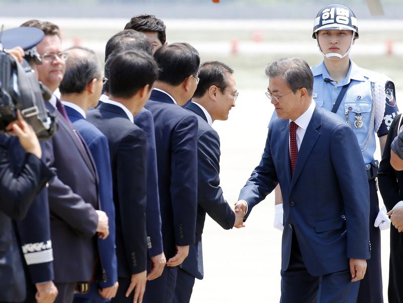 러시아 국빈방문을 마친 문재인 대통령이 24일 오후 서울공항에 도착해, 더불어민주당 홍영표 원내대표와 악수하고 있다.  청와대 사진기자단