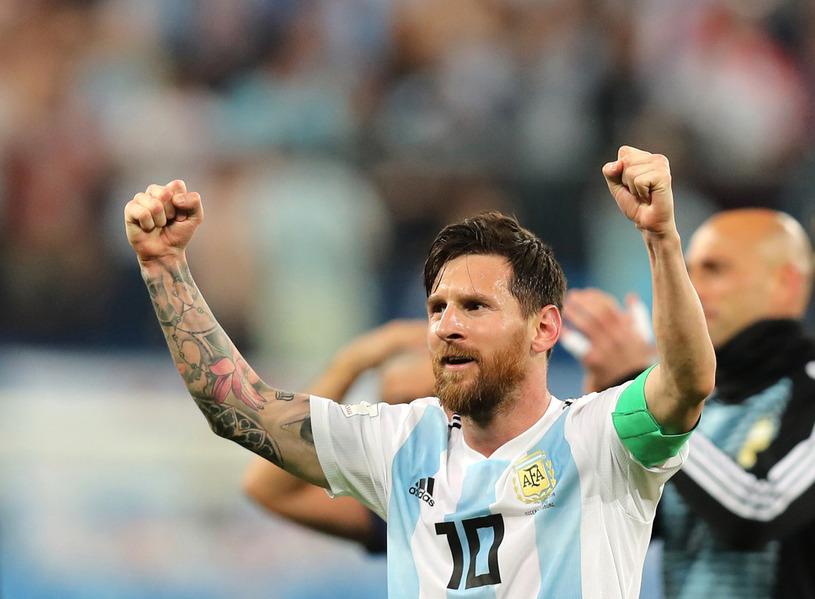 아르헨티나의 리오넬 메시가 나이지리아를 2-1로 누르고 16강 진출이 확정되자 좋아하고 있다. 상트페테르부르크/신화 연합뉴스