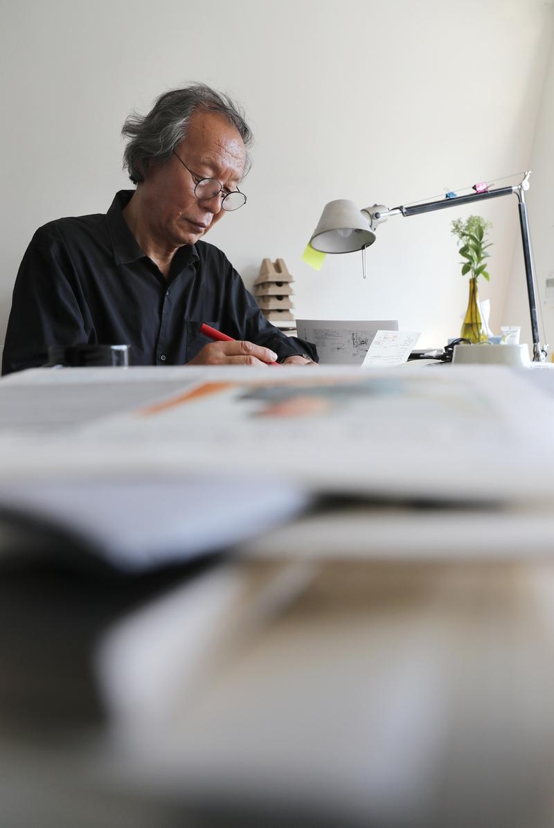조성룡 건축가가 자신의 사무실에서 자료를 살피고 있다. 강재훈 선임기자 khan@hani.co.kr