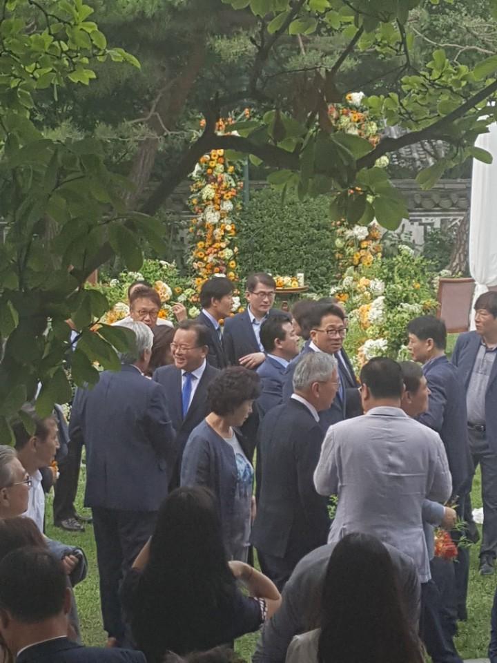 김부겸 행정안전부 장관이 하객들과 인사를 나누고 있다.