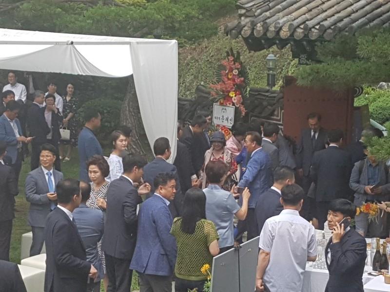 추미애 더불어민주당 대표(화환 앞 한복입은 이)가 30일 서울 성북구 삼청각에서 열린 큰딸 결혼식에서 하객들과 인사를 나누고 있다.