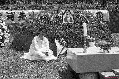 지난 1985년 8월 경기도 파주시 광찬리 천주교 나사렛공원묘지에서 열린 고 장준하 선생 10주기 추도식 때 남편 묘소 앞에 앉아 있는 김희숙 여사. 사진 장준하기념사업회 제공