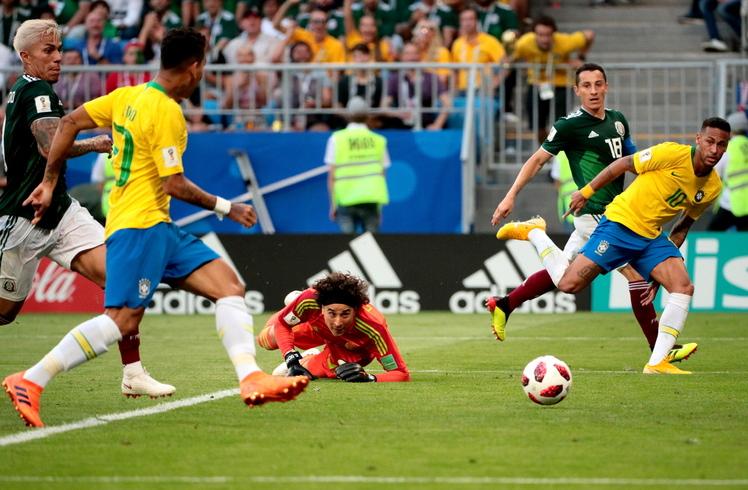 브라질의 네이마르(10번)가 2일 오후(한국시각) 사마라 아레나에서 열린 멕시코와의 2018 러시아월드컵 16강전에서 후반 43분 호베르투 피르미누(왼쪽)의 골을 돕고 있다. 사마라/EPA 연합뉴스