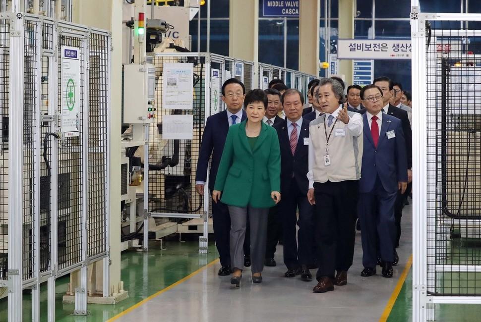지난 2016년 10월 당시 박근혜 대통령이 구미산업단지에 자리잡은 한 입주 업체를 방문회 회사 관계자로부터 설명을 듣고 있는 모습. 청와대사진기자단