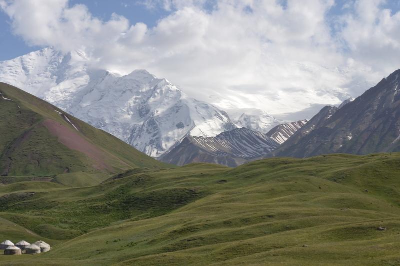 동부 파미르고원의 최고봉인 레닌봉이 구름에 살짝 가려져 있다. 키르기스의 파미르고원 초원은 공유지가 넉넉히 있어 타지키스탄의 유목민들이 넘어오는데, 키르기스인들은 이들을 이웃으로 받아들인다.  공원국 제공