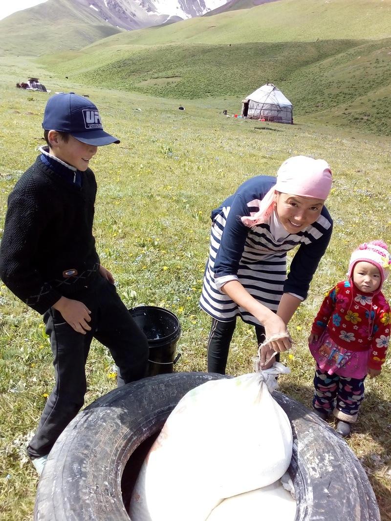 아이란(중앙)이 말젖으로 요구르트를 만들고 있다. 엄마의 작업을 아이들이 지켜보고 있다. 공원국 제공