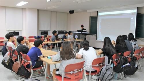 지난해 7월26일 한겨레 여름방학 캠프에 참가한 학생들이 공동체 활동 가운데 하나인 '팀 발표' 시간을 진행하고 있다.  한겨레교육 제공
