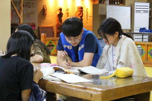 지난해 7월27일 한겨레 여름방학 캠프에 참가한 학생들이 멘토 교사의 설명을 듣고 있다. 한겨레교육 제공