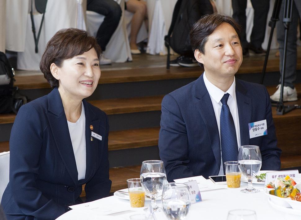 지난달 28일 서울 명동에서 열린 위스테이 견본주택 개관식에 참여한 김현미 국토교통부 장관과 양동수 더함 대표. 더함 제공