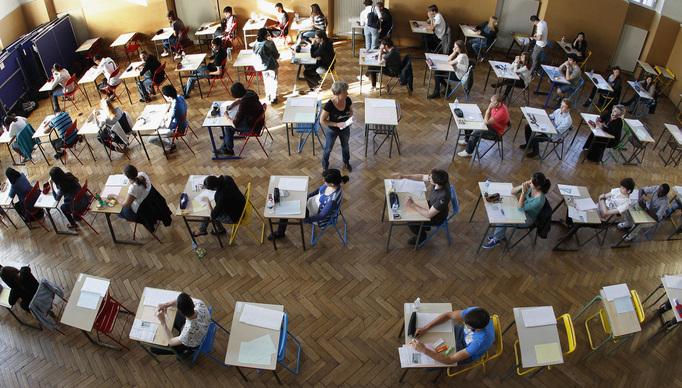 2012년 6월 프랑스 스트라스부르에서 학생들이 철학 바칼로레아 시험을 치기 위해 자리에 앉아 있다.  로이터 연합뉴스