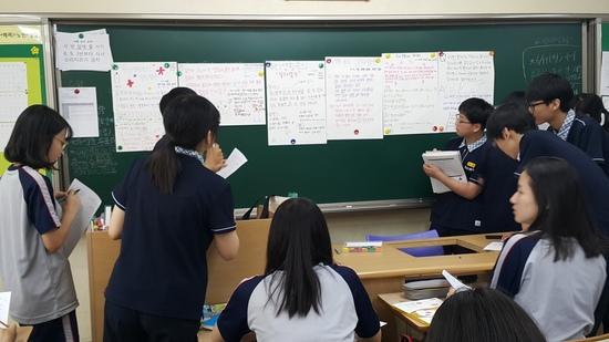지난 2017년 6월16일 노변중학교 2학년 학생들이 '인생 그래프 프로젝트-생활 속 함수' 관련 활동을 하고 있다. 이 활동은 수학 '일차함수' 단원과 도덕·국어 등 교과 간 주제통합 교육과정 재구성을 통해 '열다섯 내 인생, 자존감 업(UP)'이라는 주제로 진행했다.  김신지 교사 제공