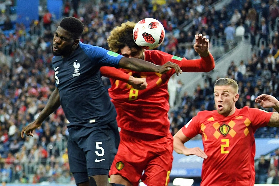 프랑스의 사뮈엘 움티티(왼쪽)가 11일 오전(한국시각) 상트페테르부르크 스타디움에서 열린 벨기에와의 2018 러시아월드컵 4강전에서 후반 6분 헤딩 결승골을 터뜨리고 있다. 상트페테르부르크/펜타프레스 연합뉴스