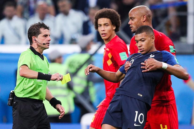 프랑스의 킬리언  음바페(오른쪽 앞·10번)가 11일 오전(한국시각) 벨기에와의 2018 러시아월드컵 4강전에서 후반 추가시간 비신사적인 행동으로 시간을 끌다가 주심한테서 경고를 받고 있다. 상트페테르부르크/타스 연합뉴스