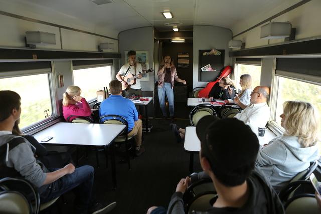 라운지 객차에선 수시로 게임, 노래공연 등이 벌어진다. 밴쿠버에서 토론토까지 함께 한 20대 부부 듀엣 '제네시아'가 여행자들에게 노래를 선사하고 있다.  이병학 선임기자