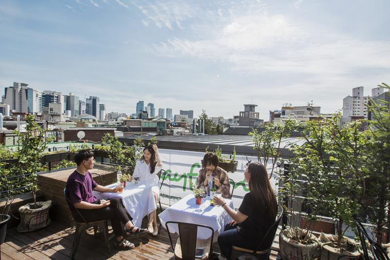 서울 마포구 연남동에 있는 4층 옥상 카페 겸 바 '플레이 팜'. 사진 윤동길 (스튜디오 어댑터 실장)