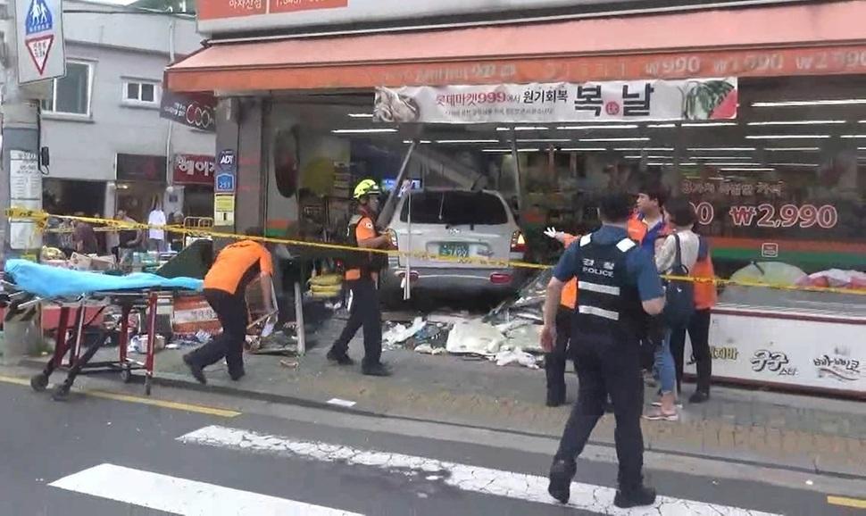 12일 저녁 김아무개(72)씨의 차량이 서울 광진구의 한 골목길로 돌진해 2명이 숨지고 6명이 다쳤다. 광진소방서 제공 영상 갈무리