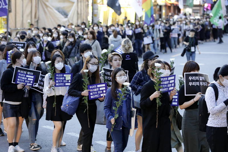 강남역 여성살해사건 1주기 추모행동 행사가 열린 지난해 5월17일 저녁 참가자들이 강남역 주변 거리에서 침묵행진을 하고 있다. 김명진 기자 littleprince@hani.co.kr