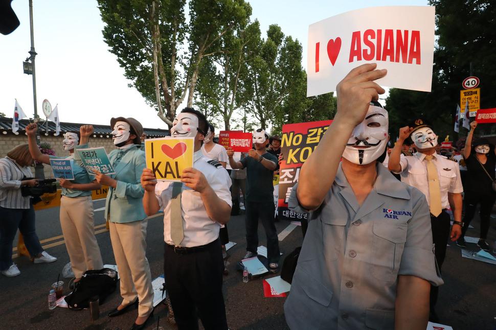 14일 저녁 청와대 인근에서 아시아나와 대한항공 직원들이 총수 및 경영진을 규탄하는 문화제를 열고 있다. 박종식 기자 anaki@hani.co.kr