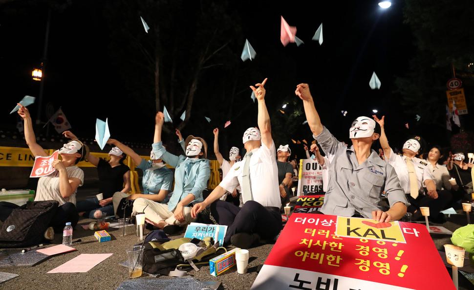 14일 저녁 청와대 인근에서 아시아나와 대한항공 직원들이 총수 및 경영진 규탄 문화제를 열고 종이비행기를 날리고 있다. 박종식 기자 anaki@hani.co.kr
