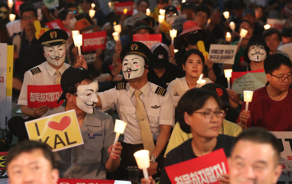 14일 저녁 청와대 인근에서 아시아나와 대한항공 직원들이 총수 및 경영진 규탄 문화제를 열고 촛불을 들어보이고 있다. 박종식 기자 anaki@hani.co.kr