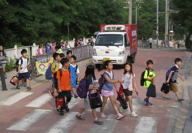 2014년 경기 용인시 수지구 상현초등학교 앞 어린이 보호구역 건널목. 홍용덕 기자 ydhong@hani.co.kr