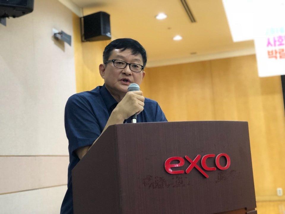 지난 14일, 대구시 산격2동 엑스코에서 열린 '2018 사회적경제 박람회'중 열린 '사회적경제 100인 위원회'에서 신명호 사회투자지원재단 사회적경제연구센터장이 한국 사회적경제의 현주소와 과제 연구 결과를 발표하고 있다.