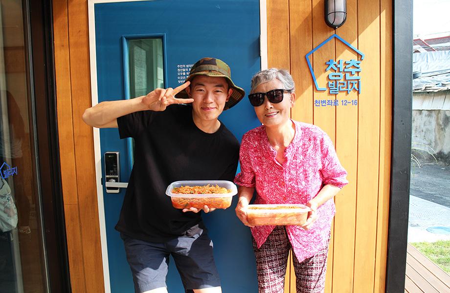 이웃캠프 중 주민집밥체험에 참여하는 김영빈씨. 발산마을 누리집 갈무리