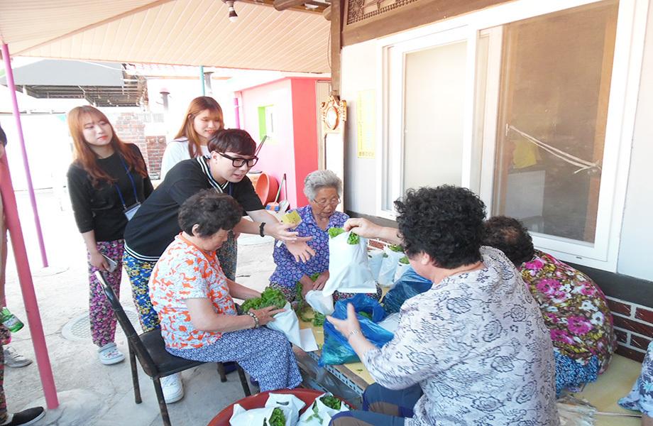 발산마을 이웃캠프 참여자들이 게임으로 얻은 마을화폐로 주민들이 기른 쌈채소를 사는 모습. 발산마을 누리집 갈무리