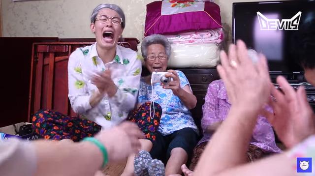 김영빈씨가 97세 할머니로 분장하고 광주 발산마을 할매들과 시간을 보내는 장면. 데블스TV 갈무리