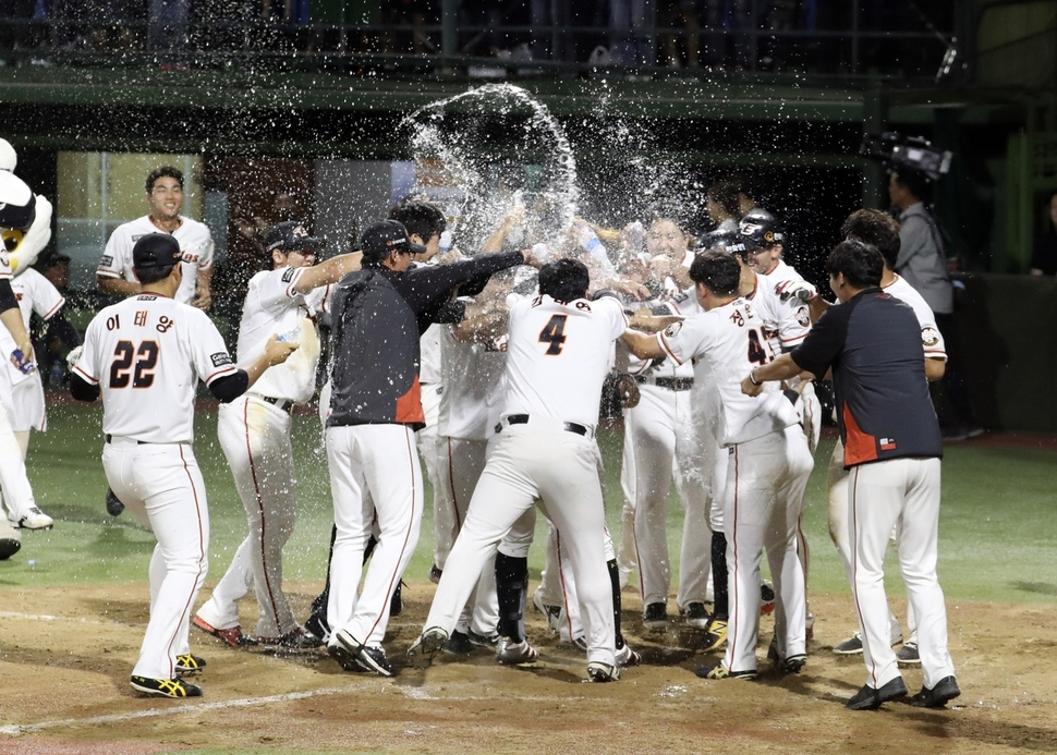 한화 선수들이 지난달 21일 청주구장에서 열린 엘지(LG)와의 경기에서 송광민의 끝내기 홈런을 축하하고 있다. 청주/연합뉴스
