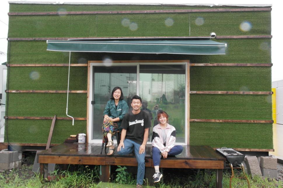 청년 농부들의 주거 문제를 해결하기 위해 팜프라가 직접 설계해 만든 이동식 농막 '코부기' 앞에서 팜프라 멤버들이 환하게 웃고 있다. 왼쪽부터 민재희(28), 유지황(31), 양애진(25)씨.
