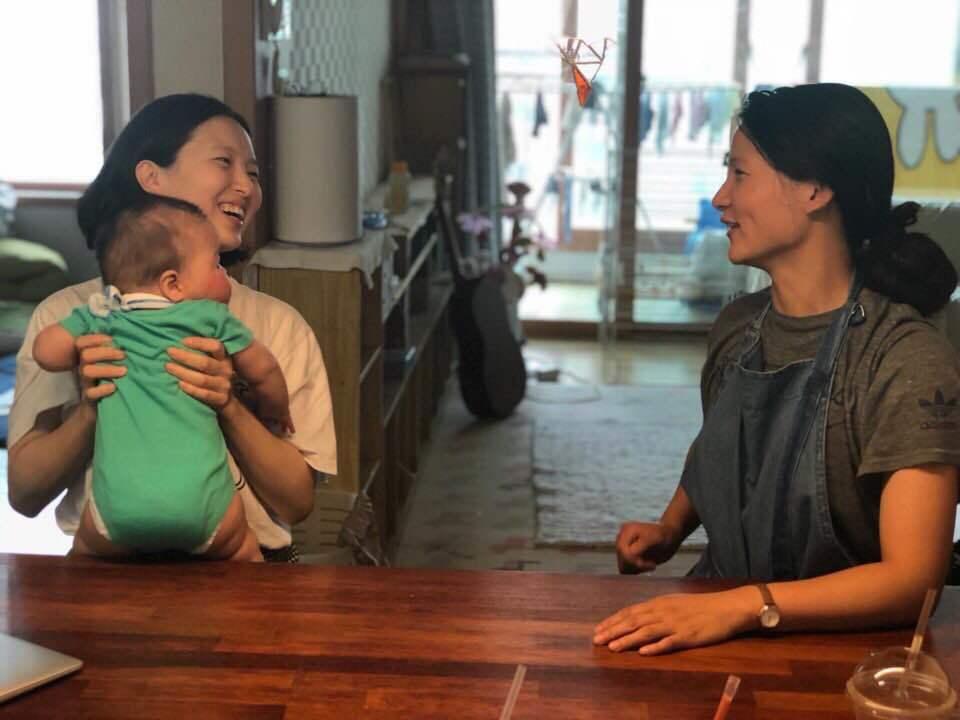 농촌청년여성캠프를 기획한 해원(왼쪽)과 셋째 아이 우리, 들(오른쪽).