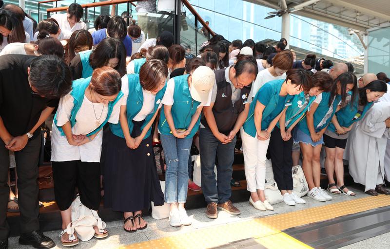 전국철도노조 케이티엑스(KTX) 열차승무지부 해고 승무원들과 이들을 지원했던 종교단체 관계자들이 21일 오후 서울역에서 근로자 지위 확인소송에 참여한 승무원 180명에 대한 한국철도공사 직접고용에 잠정합의안에 대한 기자회견에서 국민들에게 감사의 인사를 하고 있다.강창광 기자 chang@hani.co.kr.