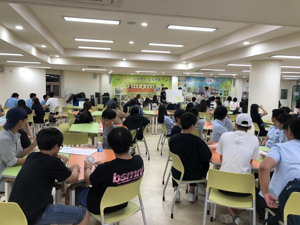 '2018 하계 학생조합원 의날: 쿱파티 in 대구'에서 학생들이 진행한 소그룹 활동을 벌이고 있는 모습. 대구광역시 사회적경제지원센터 제공