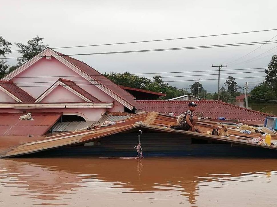붕괴된 라오스 세피안-세남노이 댐 인근 주민들이 사회관계망서비스(SNS)에 올린 피해 모습. 페이스북 갈무리