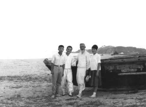 문대골 목사(왼쪽에서 두번째) 부부가 결혼식 주례를 서준 함석헌 선생과 함께 했다. 문대골 목사 제공