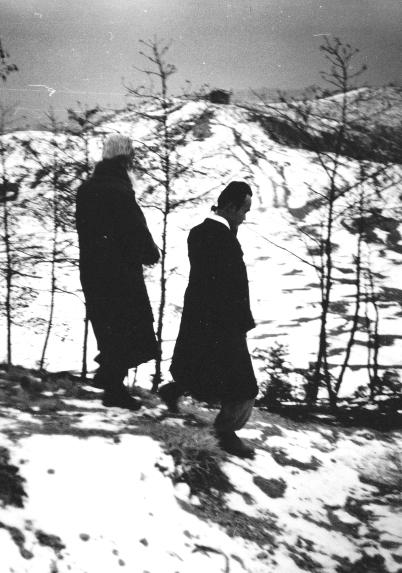 함석헌 선생을 모시고 산길을 내려오는 문대골 목사(오른쪽). 문대골 목사 제공