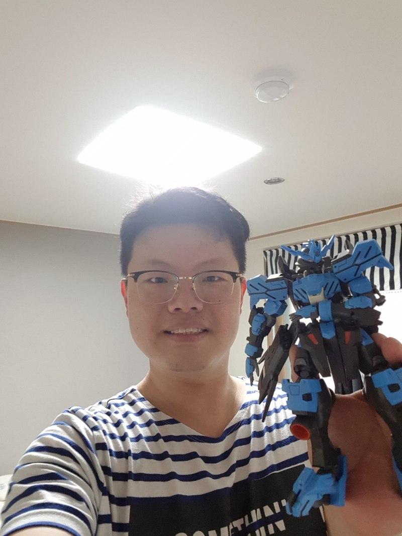직장인 채희석씨가 난생 처음으로 만들어 본 건담 프라모델을 들어보이고 있다. 효성 제공