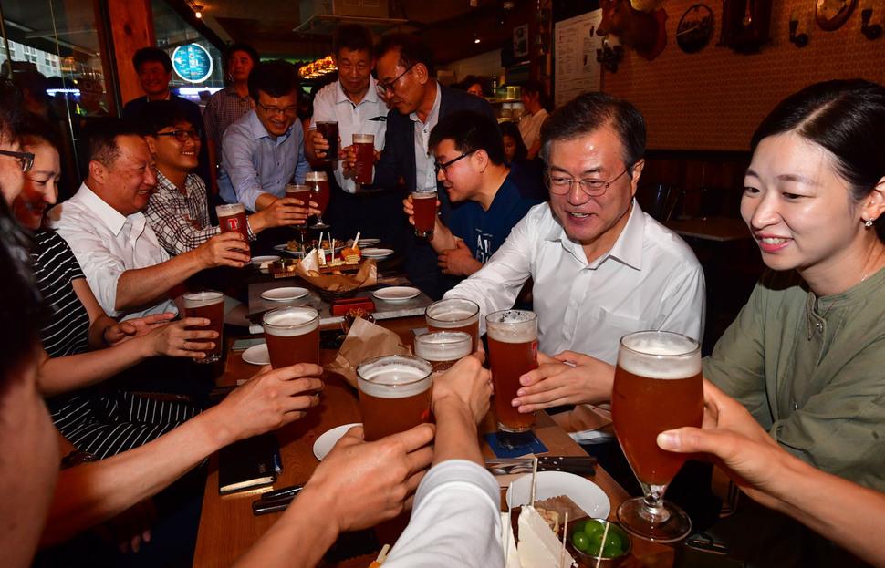 문재인 대통령이 '퇴근길 국민과의 대화 일환'으로 지난 26일 서울 광화문 인근 호프집을 방문해 참석자들과 건배하고 있다. 청와대사진기자단