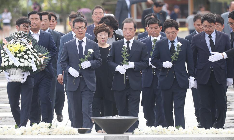 자유한국당 김병준 비상대책위원장이 지난달 30일 오후 경남 김해시 봉하마을을 찾아 노무현 전 대통령 묘역을 참배하고 있다. 연합뉴스