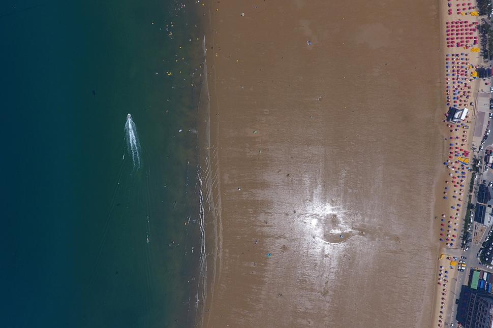 1일 정오께 본격적인 휴가 기간임에도 충남 태안군 만리포 해수욕장이 한산한 모습을 보이고 있다. 전국의 해수욕장은 지속적인 폭염으로 피서객들이 줄어들었다. 태안/김명진 기자 littleprince@hani.co.kr