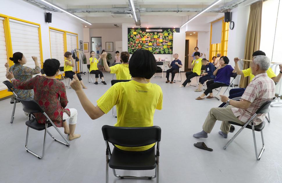 지난 7월 23일 오후 서울 종로구 성균관로 전문무용수지원센터 연습실 마루에서 파킨슨병 환자드이 댄스치료를 받고 있다. 신소영 기자 viator@hani.co.kr
