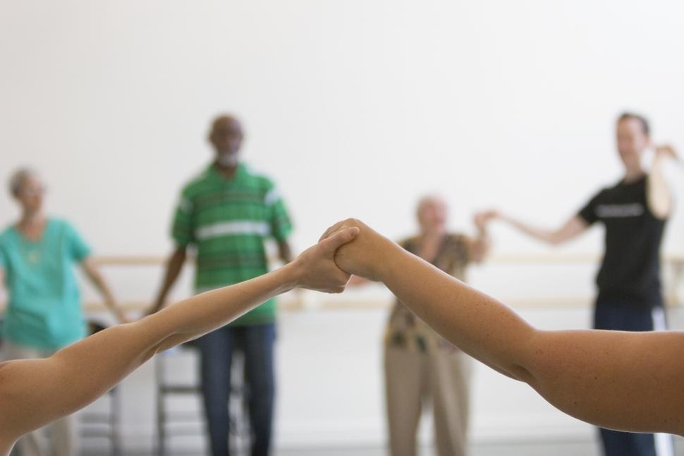 파킨슨 환자 무용치료 프로그램인 '댄스 포 피디'에 참여한 환자들과 무용수들이 함께 춤을 추고 있다. 마크 모리스 댄스 그룹 제공